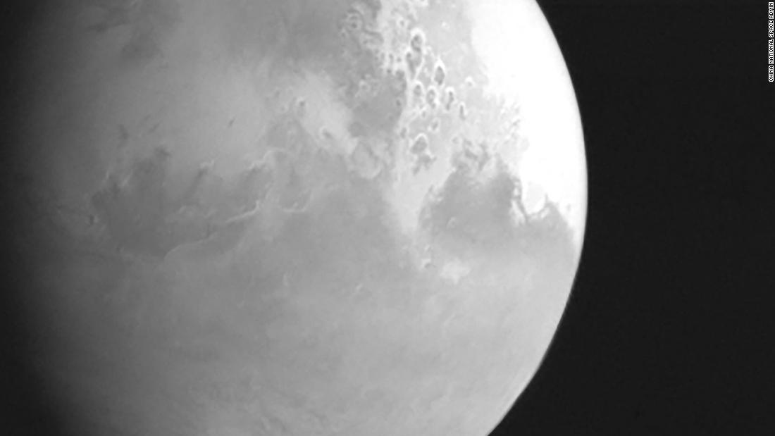 Tianwen-1:s första bild på Mars