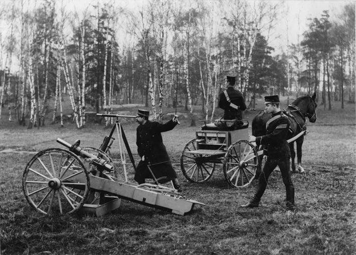 Män på fält med raket