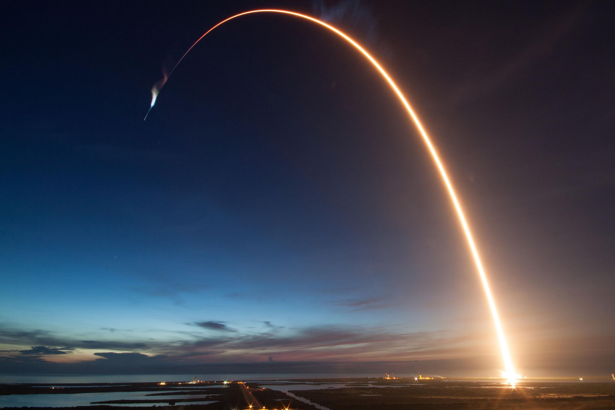 Raketen följer jordens rundning