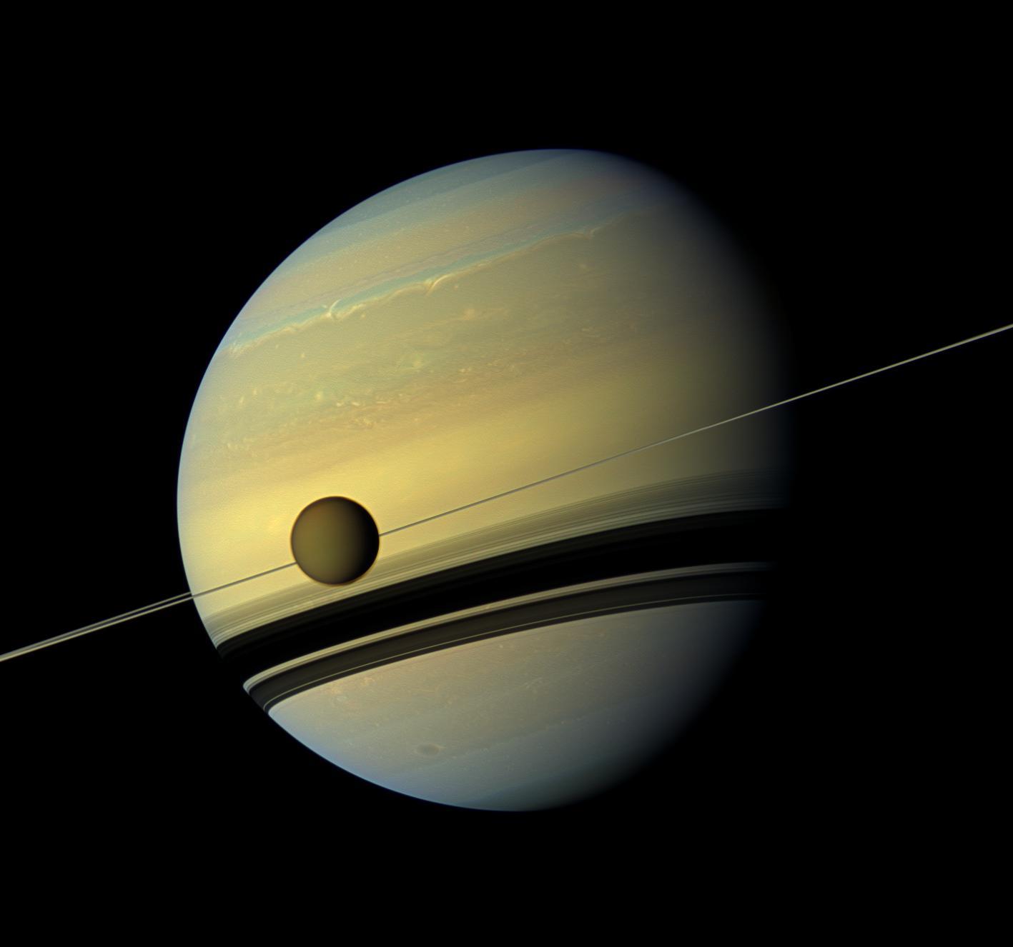Titan drar sig bort från Saturnus i rekordfart