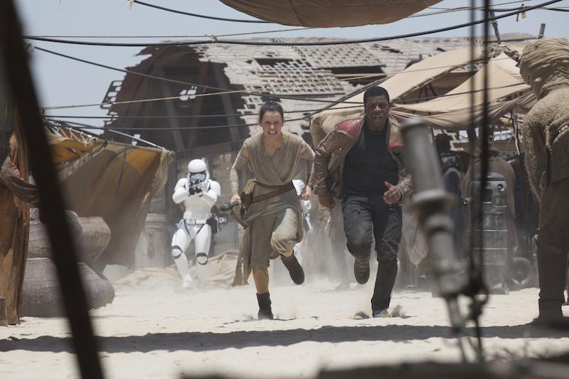 Hjältarna Rey och Finn jagas av stormtroopers i den senaste Star Wars filmen The Force Awakens.