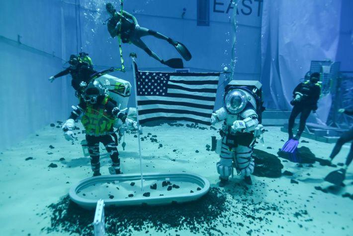 NASA personal tränar för framtida månlandningar i Neutral Buoyancy Laboratory i Houston, Texas.