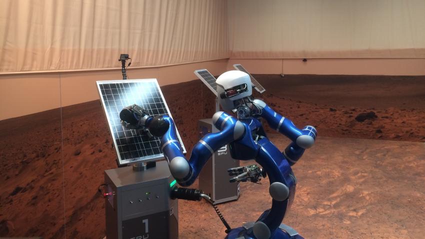 Roboten Justin styrs av en astronaut i rymden