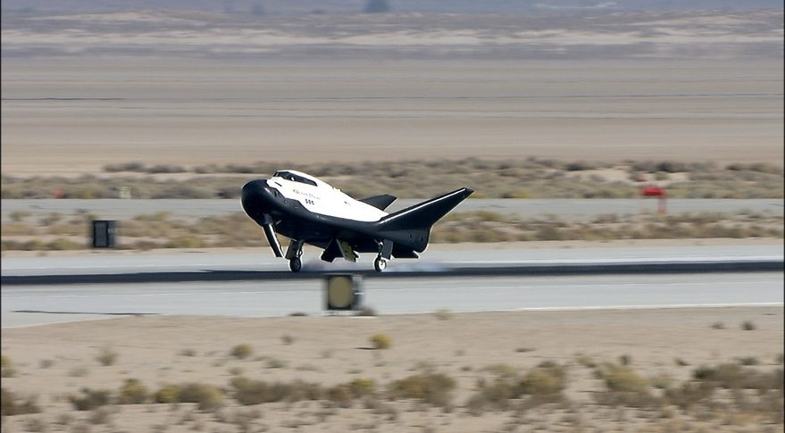 Rymdfarkosten Dream Chaser gör en lyckad landning på Edwards Air Force Base i Kalifornien.