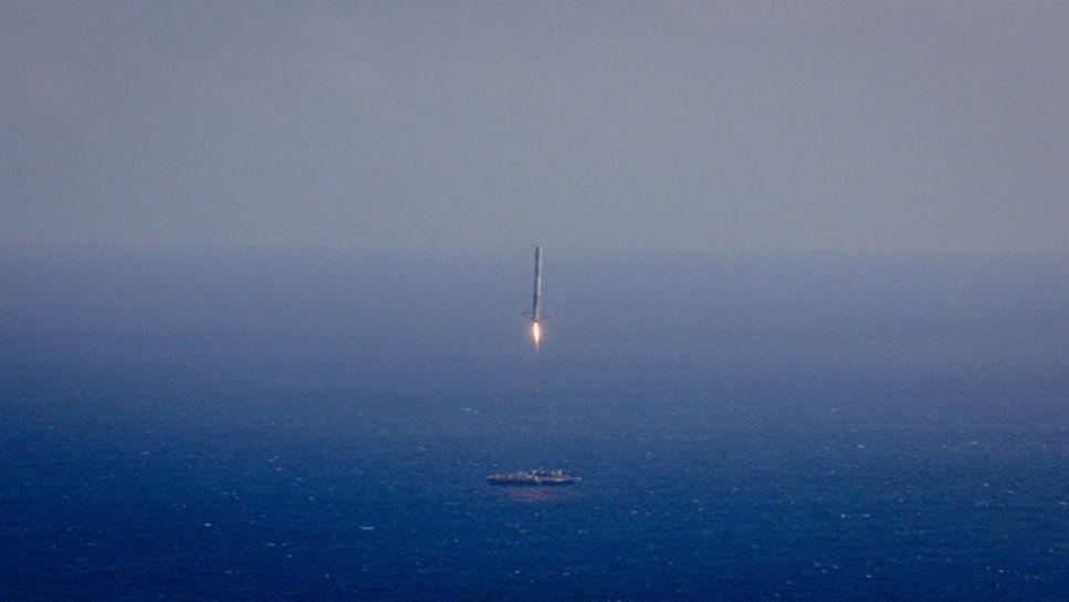 Både SpaceX och Blue Origins har nu lyckats landa raketer för kommersiella flygningar i upprätt position.