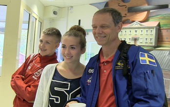 Christer Fuglesang träffar elever på skolturné, här på Kilafors skola