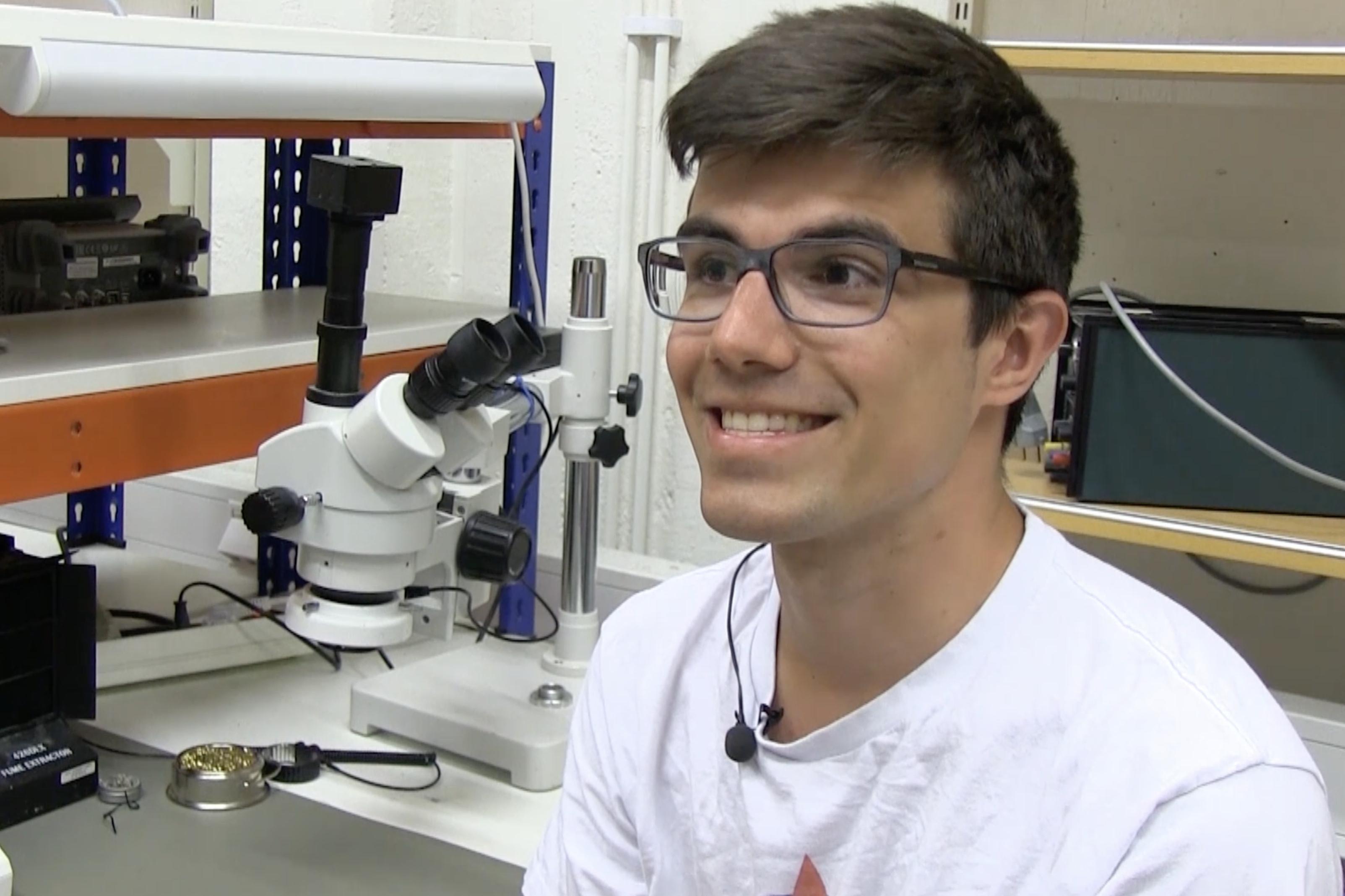 Patrick bygger elektronik på studentraketer