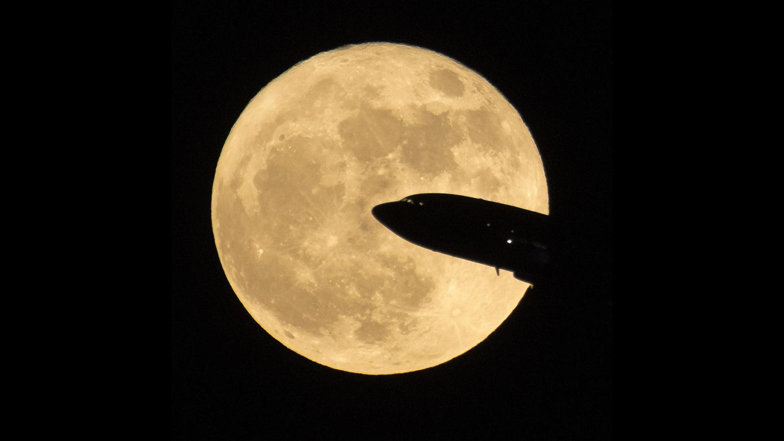Månen med flygplan