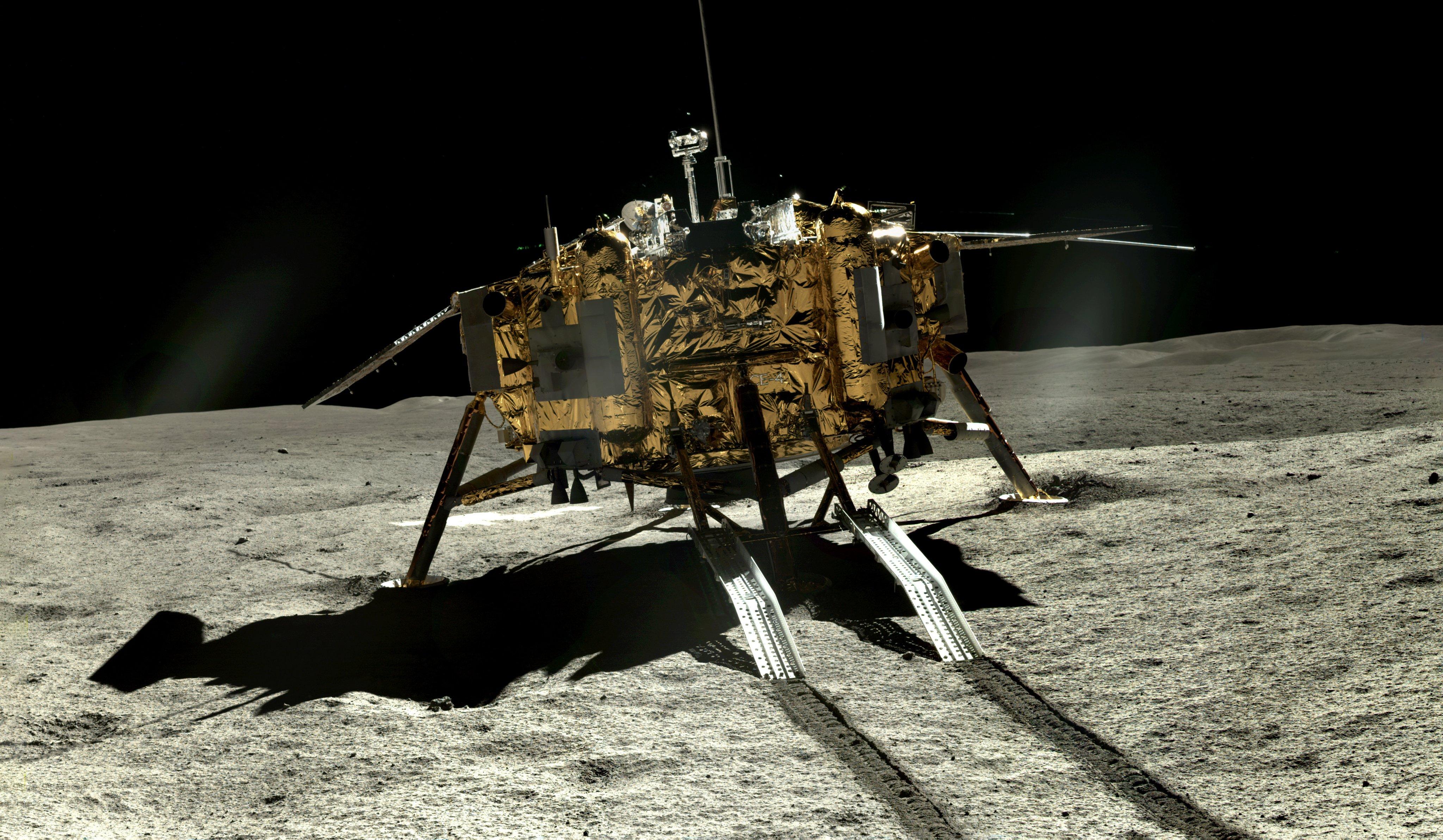 Månrobotarna Chang'e-4 och Yutu-2 visar upp spektakulära bilder från månens baksida