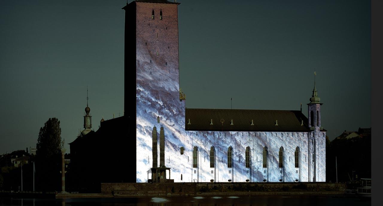 Stadshuset upplyst med videoprojektioner för att uppmärksamma årets Nobelpris i fysik.