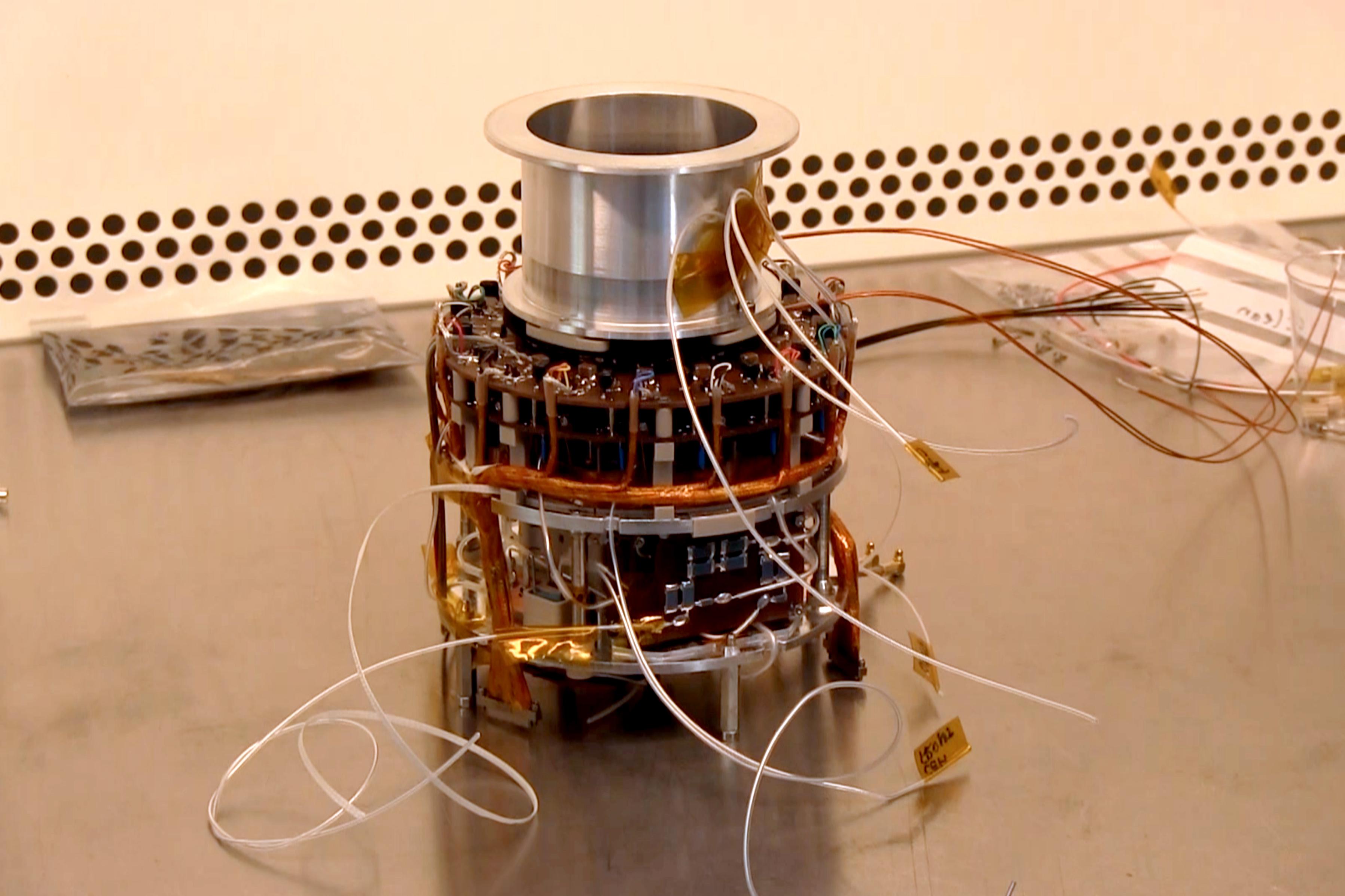 Här tillverkas delarna som ska klara  solsystemets starkaste strålning