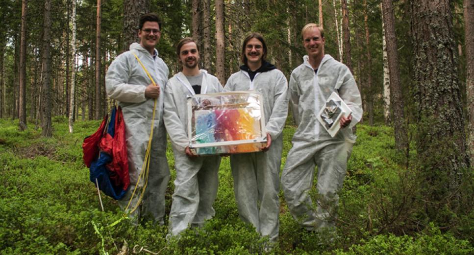 Studenterna Ivo och Hannes (i mitten) lät rymden måla en tavla i projektet Art by Space.