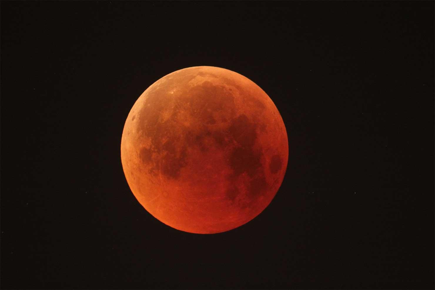 Ikväll blir månen röd på grund av månförmörkelse