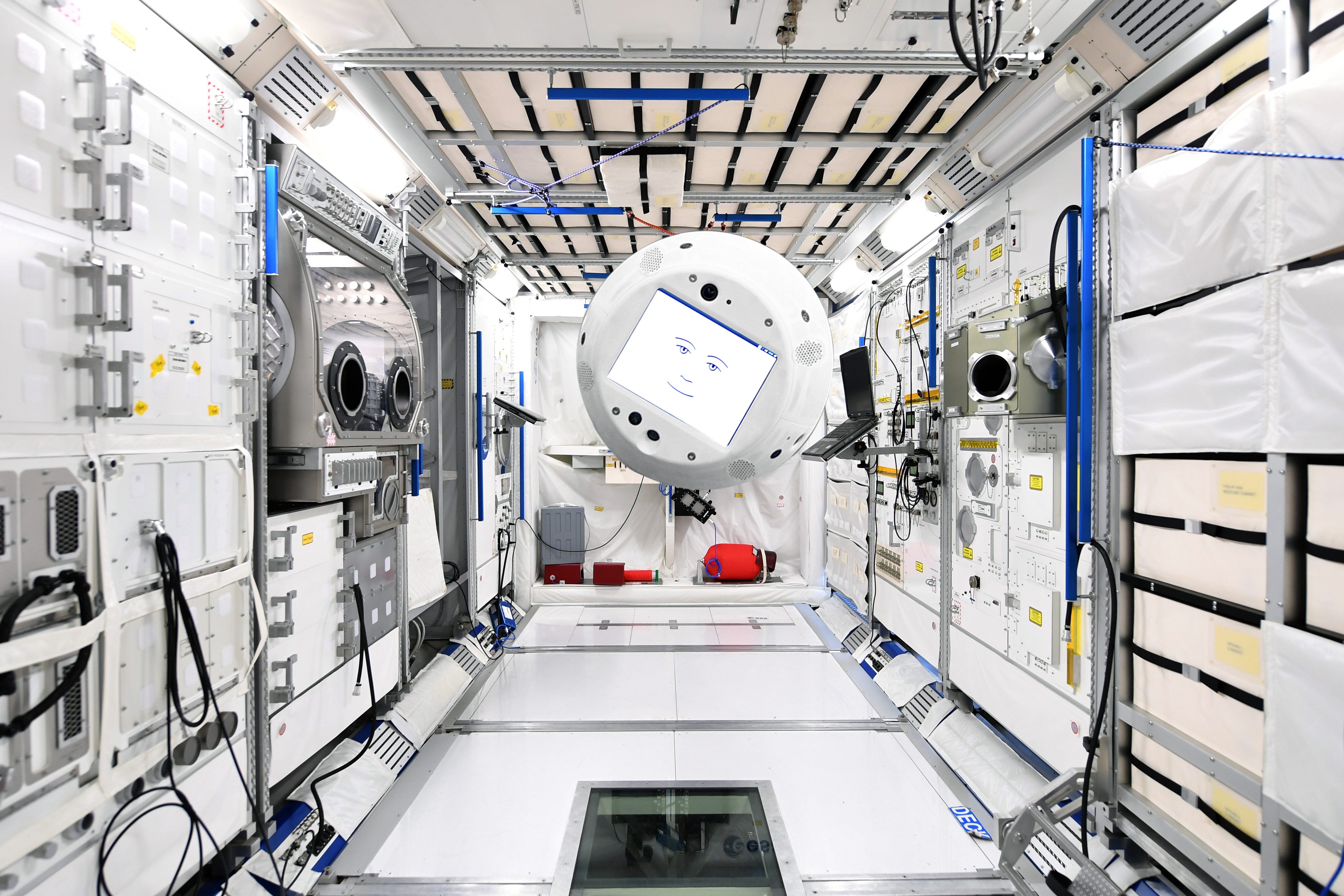 Flygande AI-robot följer astronaut i rymden