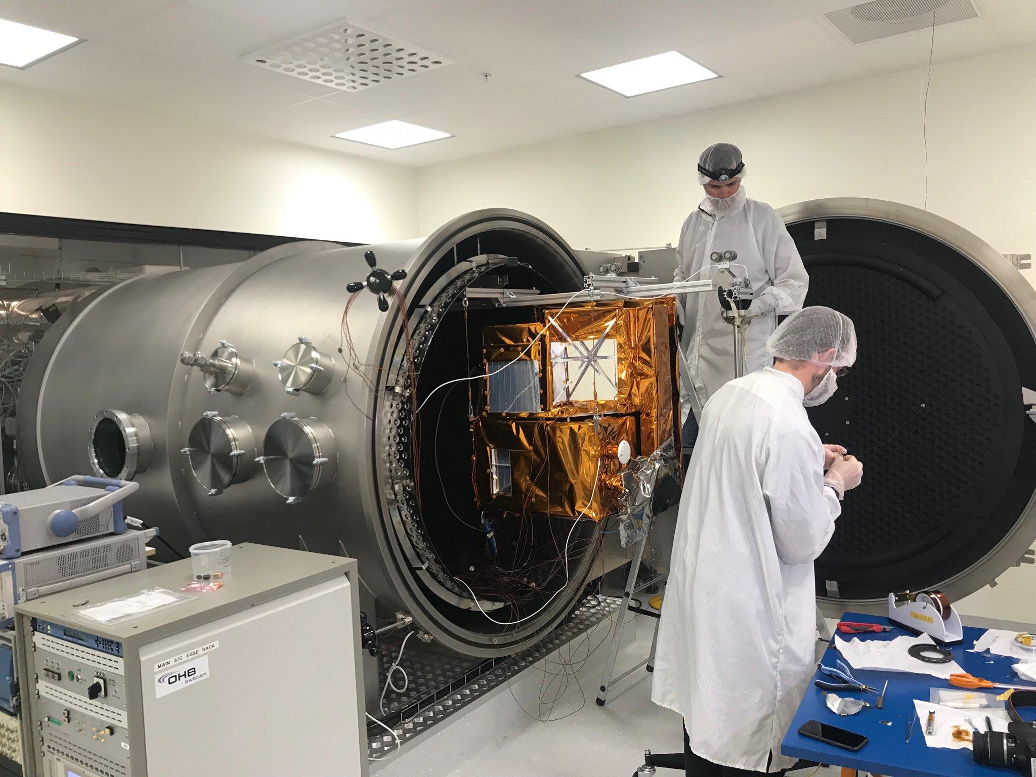 Satelliten Mats testas i vakuumkammare