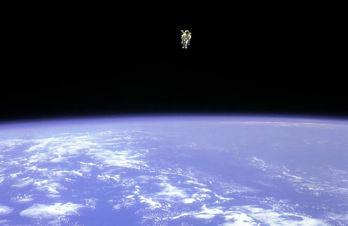 Den amerikanska astronauten Bruce McCandless svävar helt fritt i rymden.