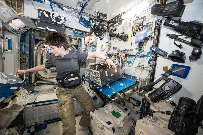 Samantha Cristoforetti utför tester på lungorna uppe på rymdstationen.