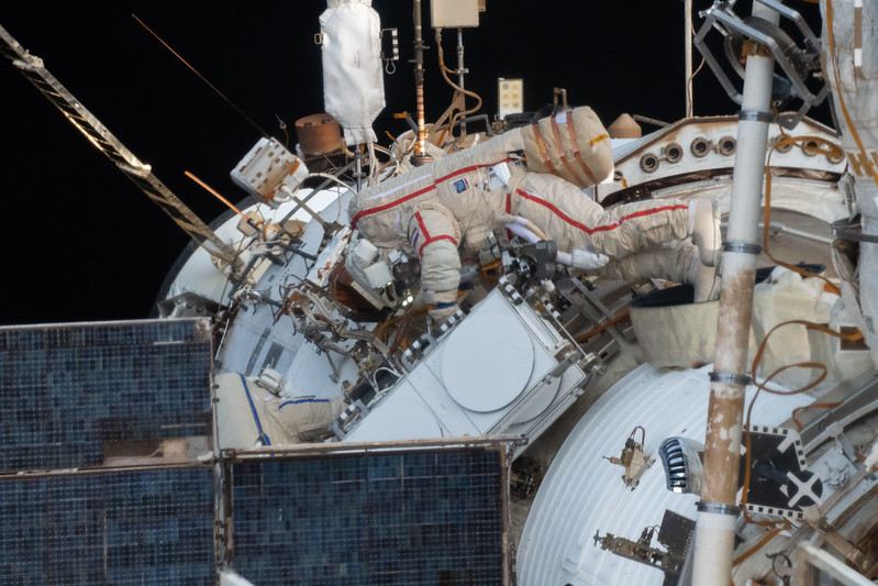 Den ryska kosmonauten Oleg Artemyev arbetar för att installera Icarus djurspårningssystem på ISS under en rymdpromenad som varade i 7 timmar och 46 minuter.