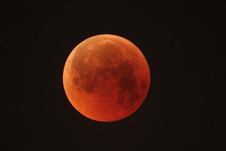 Den 26 maj är superblodmånen synlig i vissa delar av världen. I Europa är månen inte synlig, men vid lunchtid går det att se livesändningar av månförmörkelsen. Bilden visar en total månförmörkelse den 27 juli 2018.