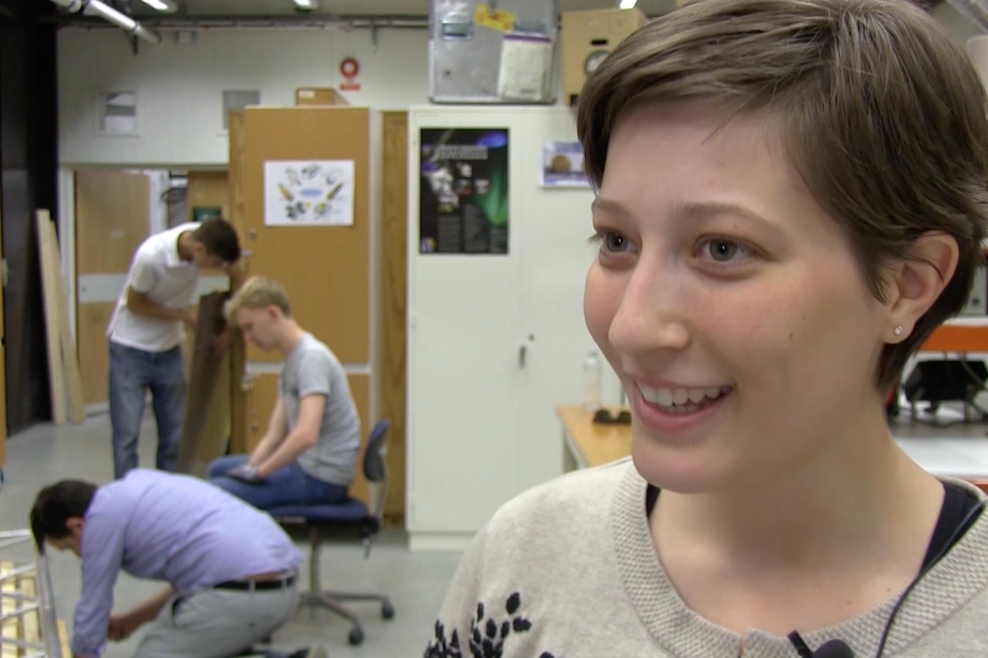 Sarah konstruerar fallskärm till studentraketen Odin