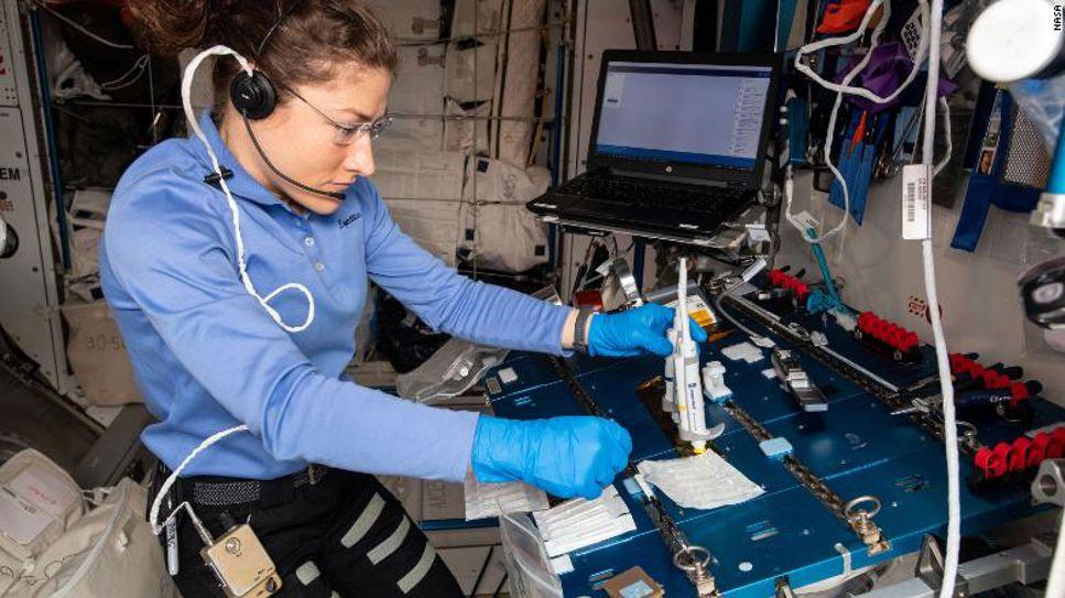 Den amerikanska astronauten Christina Koch utför experiment i Genes In Space 6-projektet på ISS.