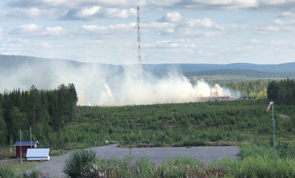 En bild som visar hur brandrök stiger från rymdbasen Esrange utanför Kiruna.