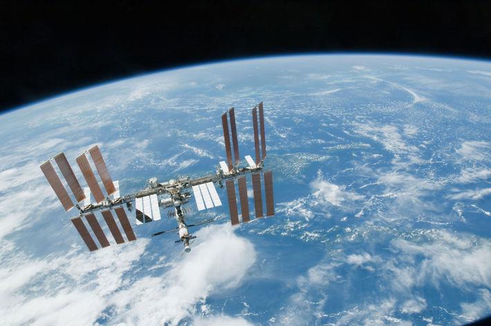 ISS svävande över jorden
